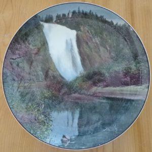 Vaisselle : assiette souvenir de la chute Montmorency fabriquée par Royal Doulton, en Angleterre, vers 1920-1930.