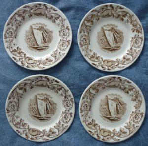 Vaisselle : ensemble de quatre assiettes avec illustration de la chute Montmorency en été. Fabriquées par Royal Doulton vers 1900.