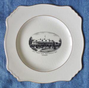 Chute Montmorency vaisselle : assiette décorative Royal Winton avec illustration de l'hôtel Kent House. Datant probablement des années 1920.