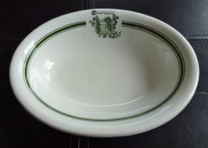 Chute Montmorency vaisselle : petit plat ovale d'usage courant en très bonne condition. Il a été fabriqué par John Maddock & Sons Ltd., en Angleterre, vers les années 1920-1930.