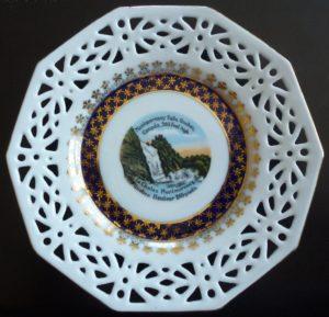 Vaisselle : assiette décorative de la chute Montmorency fabriquée en Allemagne, probablement autour des années 1950. À noter les magnifiques dorures en parfaite condition.
