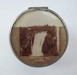Petit boîtier en argent avec inscription Montmorency Fall Quebec et photographie de la chute insérée dans le couvercle.