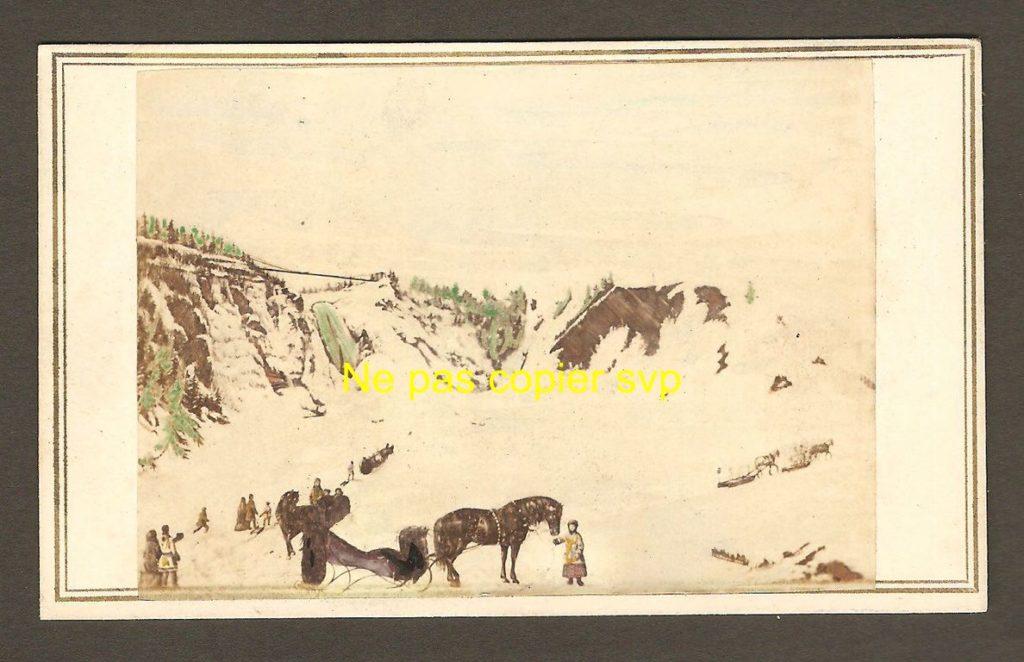 Une carte de visite datant de 1856, puisqu'on y aperçoit le pont qui s'est effondré le 30 avril de cette année-là, quelques jours seulement après son inauguration, et causant la mort de trois personnes. Cependant, cette CDV a été créée à partir d'un dessin, puisqu'elle montre une scène hivernale.