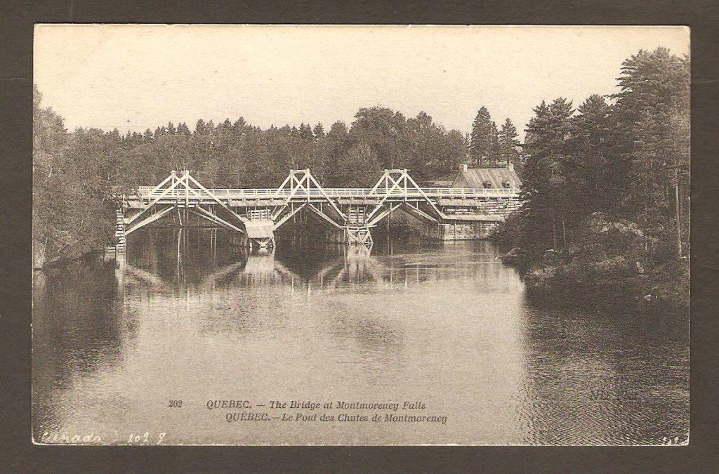 Carte postale Neurdein ND 202: Québec - Le Pont des Chutes de Montmorency. On y voit l'ancien pont enjambant la rivière Montmorency, un peu en amont de la chute. On distingue, sur la rive droite, la maison du gardien du poste de péage.