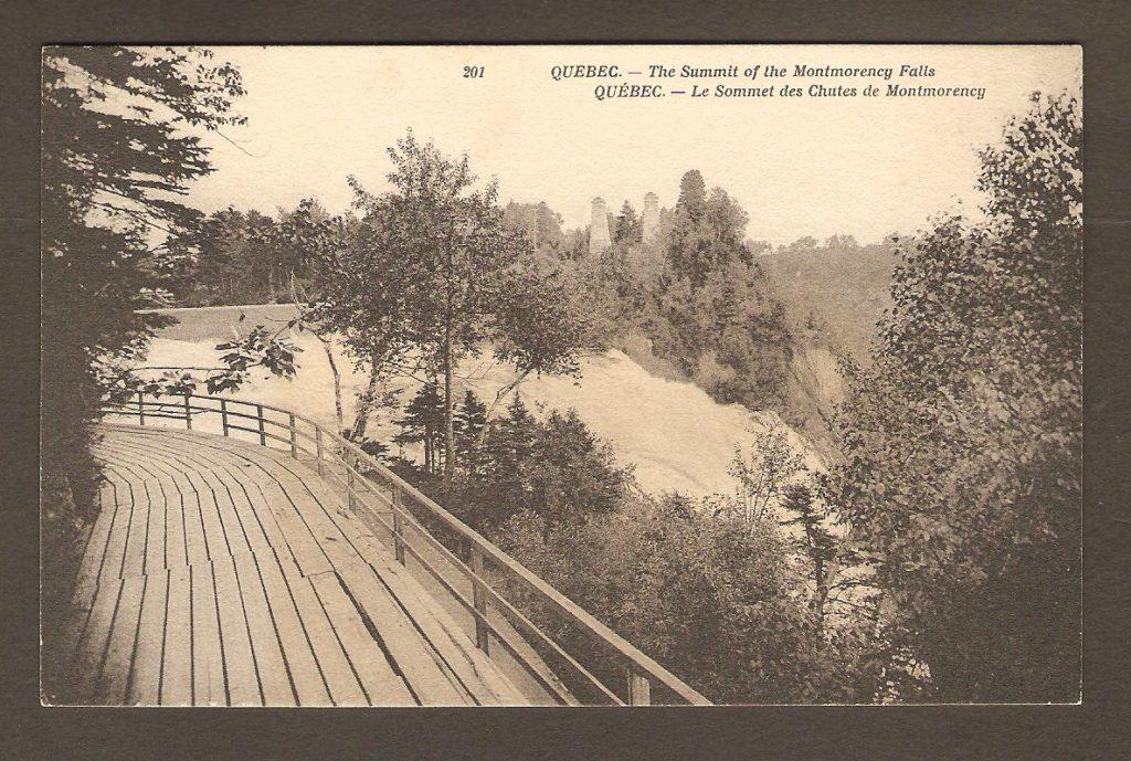 Carte postale Neurdein ND 201: Québec - Le Sommet des Chutes de Montmorency. On y voit une promenade en bois, manquant visiblement d'entretien. Après avoir disparu pendant plusieurs années, une nouvelle promenade a été rebâtie au même endroit.