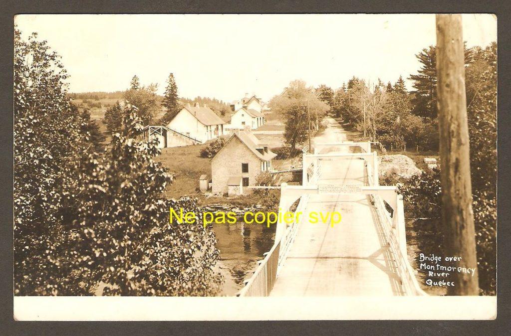 Pont de bois construit en 1857 pour enjamber la rivière Montmorency, à quelque distance en amont du haut de la chute.
