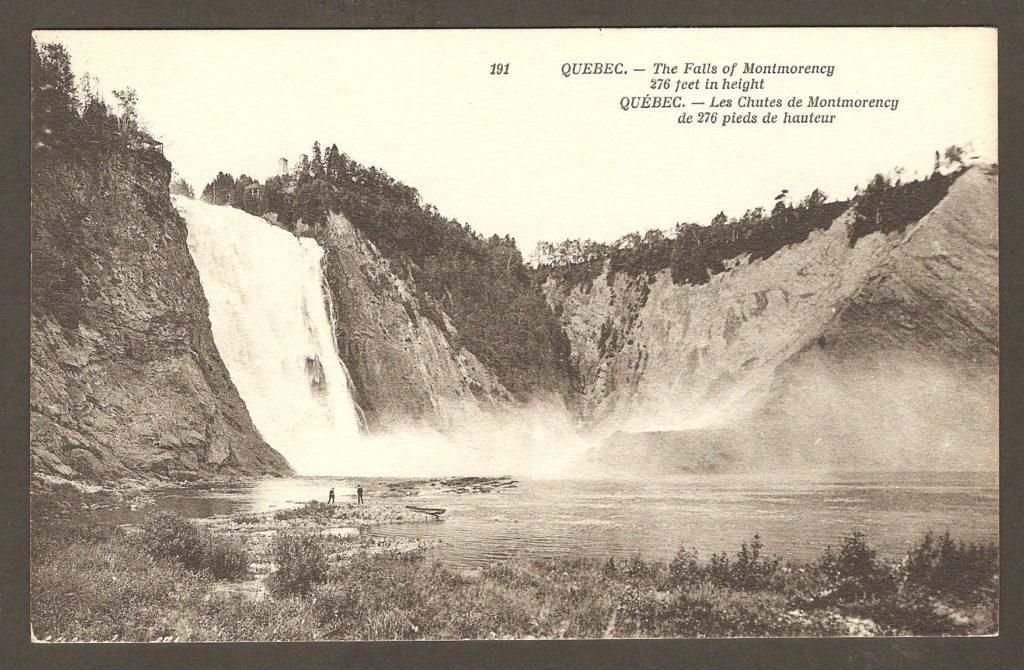 Carte postale Neurdein ND 191: Québec - Les Chutes de Montmorency de 276 pieds de hauteur. Deux hommes descendus d'une chaloupe, sur la rive ouest de l'anse qui s'étend au pied de la chute. Vue de loin.