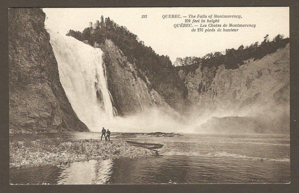Carte postale Neurdein ND 192: Québec - Les Chutes de Montmorency de 276 pieds de hauteur. Deux hommes descendus d'une chaloupe, sur la rive ouest de l'anse qui s'étend au pied de la chute.