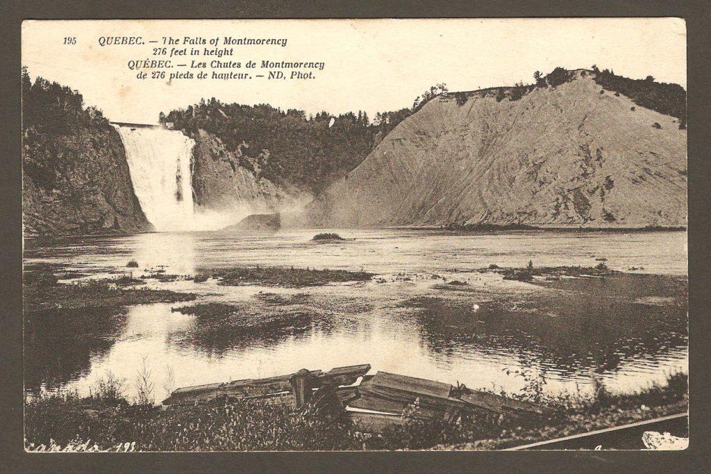 Carte postale Neurdein ND 195: Québec - Les Chutes de Montmorency, de 276 pieds de hauteur. Vue verticale. On aperçoit les débris d'une structure de planches, en bas, à l'avant-plan.
