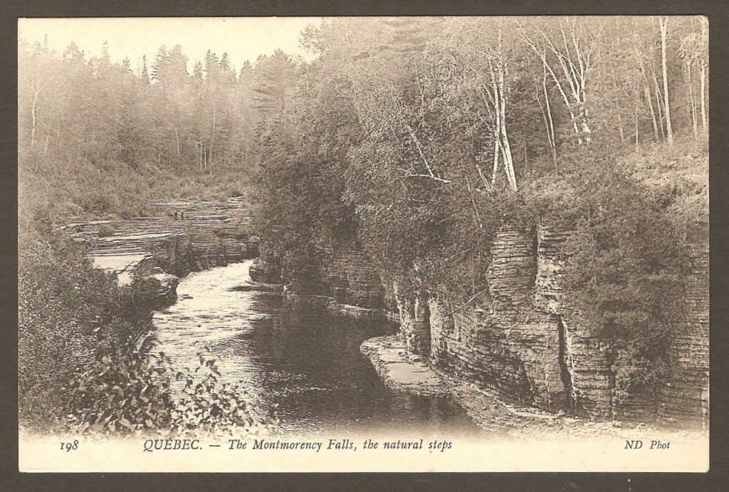 Chute Montmorency : carte postale Neurdein ND 198: Québec - The Montmorency Falls, the natural steps. Les marches naturelles, comme on pouvait les voir à quelque distance en amont de la chute, avant la construction d'un barrage ayant relevé le niveau de l'eau de façon marquée. La majeure partie de cet attrait naturel est maintenant submergée.