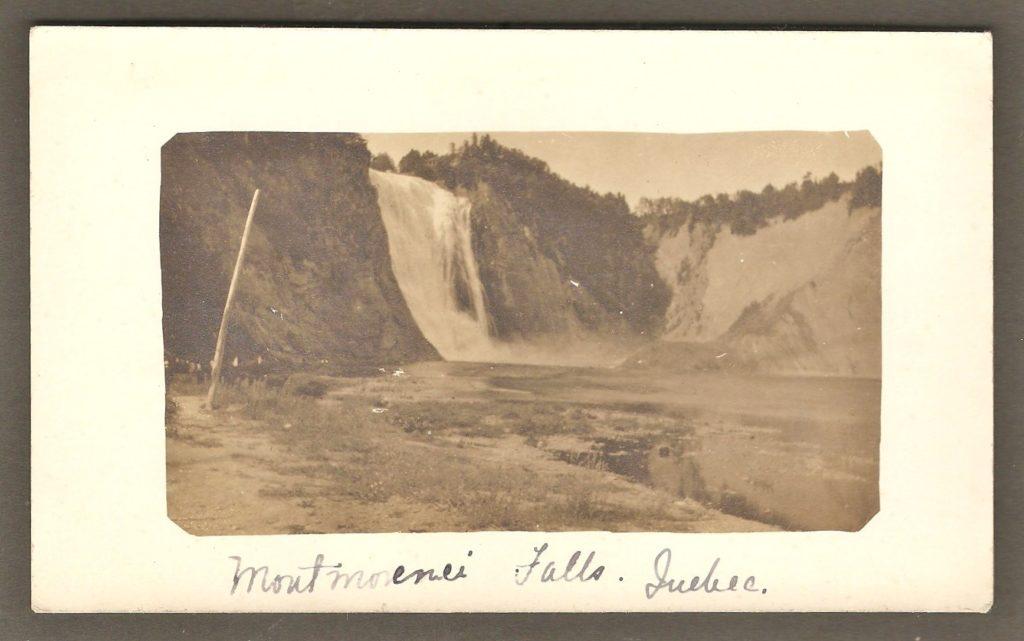 Carte postale de type photo réelle datant des années 1910-1920 montrant la chute Montmorency.