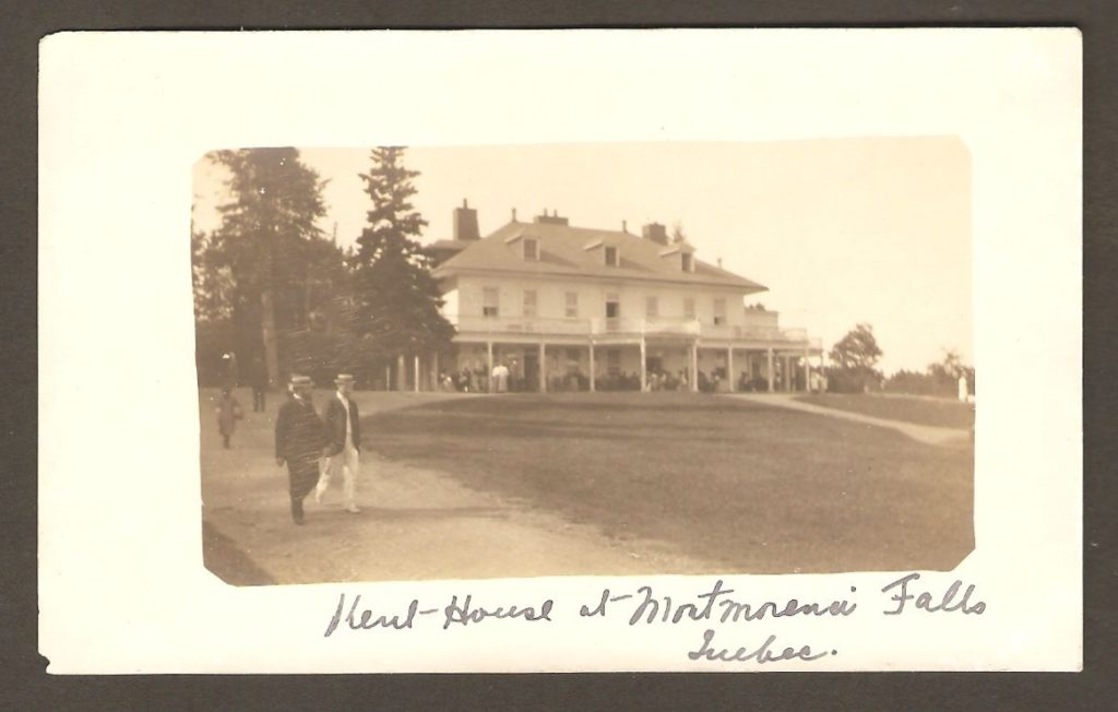Chute Montmorency: Carte postale de type photo réelle, des années 1910-1920, montrant l'hôtel Kent House, et deux gentlemen coiffés de canotiers, à l'avant-plan.