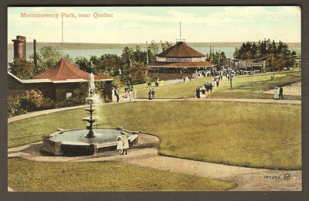 Le parc de la chute Montmorency autour de 1915, sur une carte postale de la compagnie Valentine & Sons. La photo en couleurs montre la fontaine, le kiosque en haut du funiculaire et le pavillon de danse. On voit également les allées où les visiteurs circulent.