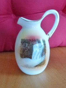 Vaisselle : petit crémier souvenir de la chute Montmorency produit en Angleterre par Shelley, autour de 1915.