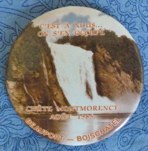 Macaron portant la date d'août 1985. Probablement produit et distribué lors d'une campagne d'opposition à la création du Parc de la chute Montmorency menée par des citoyens de Beauport et Boischatel. C'est-à-dire par les voisins du site.