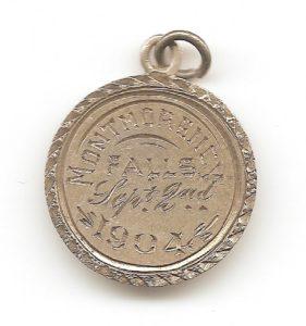 Petit pendentif en argent (1,6 cm de diamètre) portant l'inscription Montmorency Falls Sept 2nd 1904 au revers et l'effigie de la reine Victoria à l'avers (semblable à la pièce de monnaie). De la dimension d'une pièce de 5¢ de l'époque, il a peut-être frappé à l'occasion d'un événement spécial.