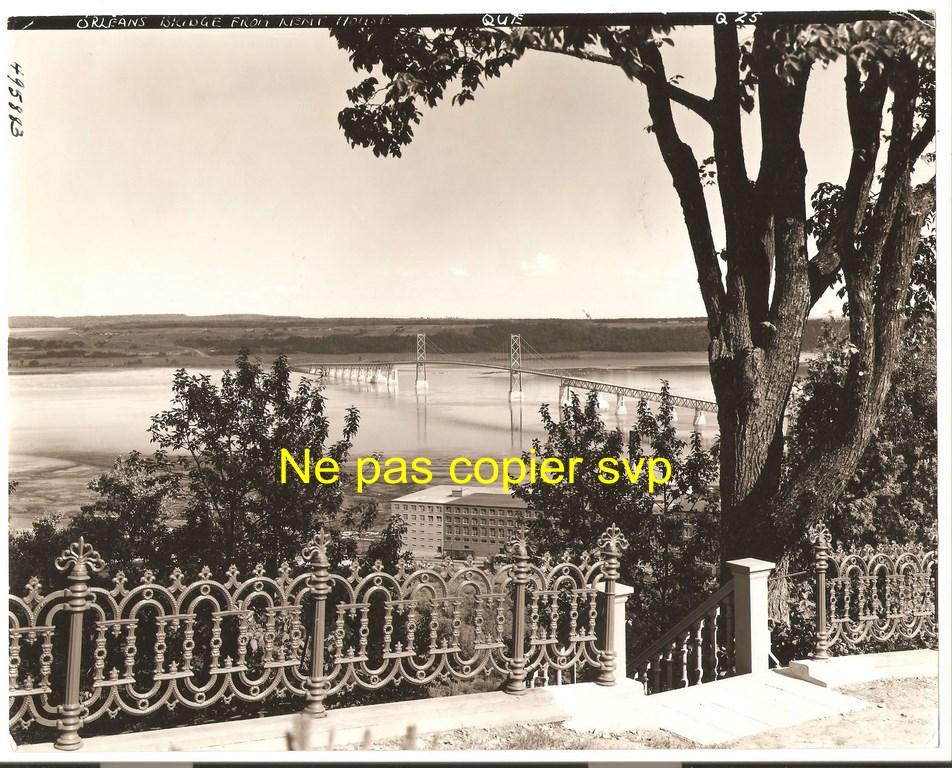 Photographie montrant, en contrebas, la Dominion Textile et le pont de l'île d'Orléans. Elle date du 18 avril 1939.