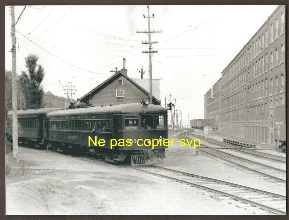 Tramway numéro 455 de la Quebec Railway Light & Power Co., devant la gare et l'usine de la Dominion Textile. Il revient de la boucle de demi-tour. La photo a été prise le 22 septembre 1949.