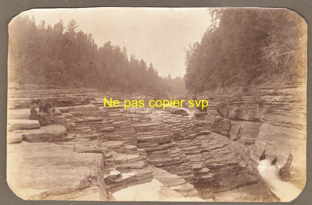 Photographie des marches naturelles prise au cours des années 1890. Sur la gauche, un couple assis est visible.