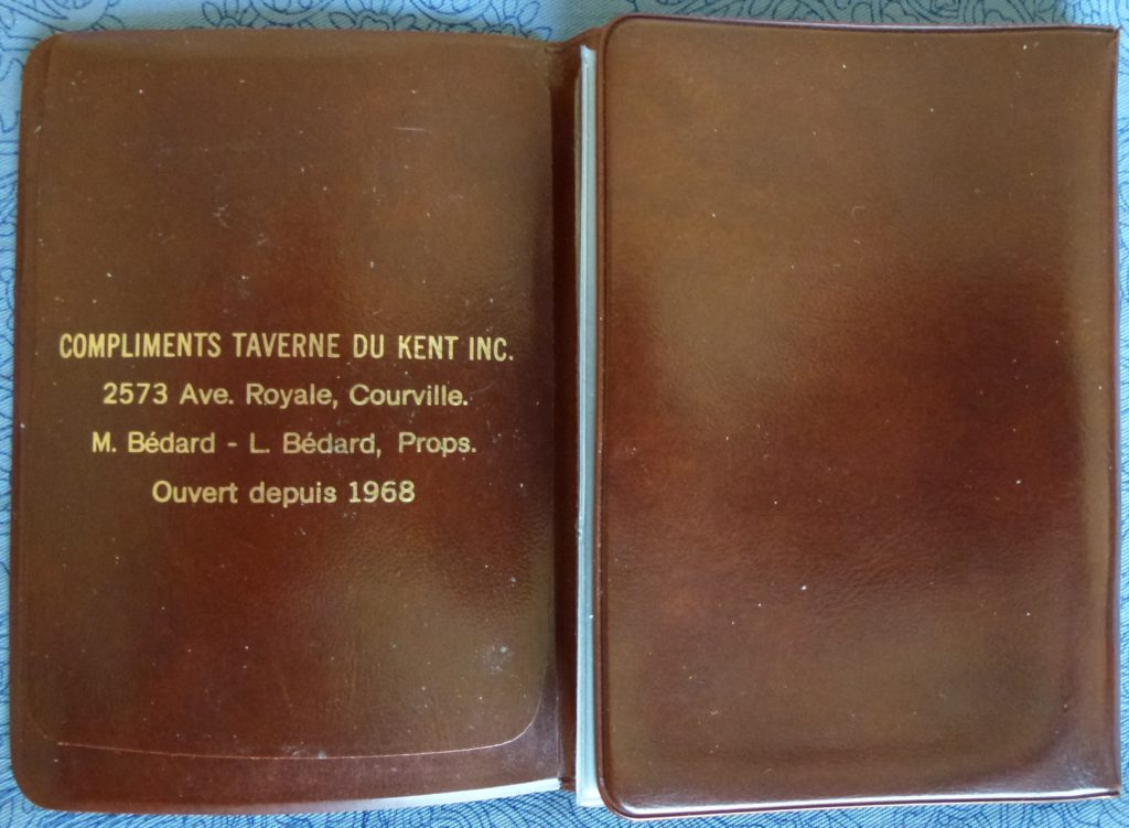 Porte-cartes promotionnel de la Taverne du Kent Inc. Celle-ci a été ouverte en 1968. Elle a été longtemps la propriété de MM. Michel et Laurent Bédard et était située juste à côté du site de la chute Montmorency, à quelques pas de la rivière. À noter l'adresse dans la municipalité de Courville.