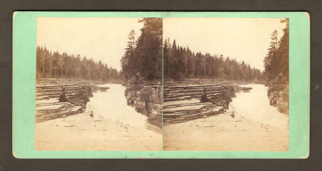 Datant des années 1880, un stéréogramme du célèbre photographe L. P. Vallée, montrant les fameuses «marches naturelles» de la rivière Montmorency, avant qu'elles soient inondées au moment de la construction d'un barrage électrique.