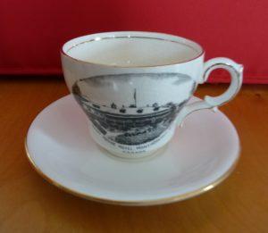 Chute Montmorency vaisselle : ensemble de tasse et soucoupe décoratifs avec illustration de l'hôtel Kent House. Datant probablement des années 1920.