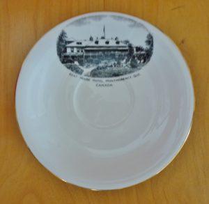 Chute Montmorency vaisselle : soucoupe souvenir avec illustration de l'hôtel Kent House. Datant probablement des années 1920.