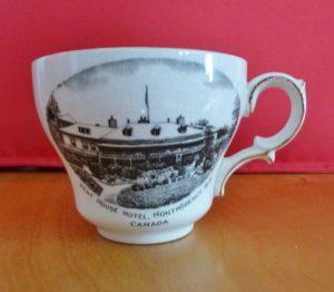 Chute Montmorency vaisselle : tasse souvenir avec illustration de l'hôtel Kent House. Datant probablement des années 1920.