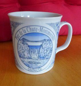 Chute Montmorency vaisselle : tasse souvenir disponible à la boutique de souvenirs du Manoir Montmorency en 2015.