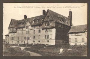 Bloc «Quatre Vents», propriété de la Dominion Textile Co. Des employés de la compagnie y logeaient. Dans un album de cartes postales présentant diverses scènes du village de Montmorency, publié en 1929 pa E. Alexandre Masselotte.