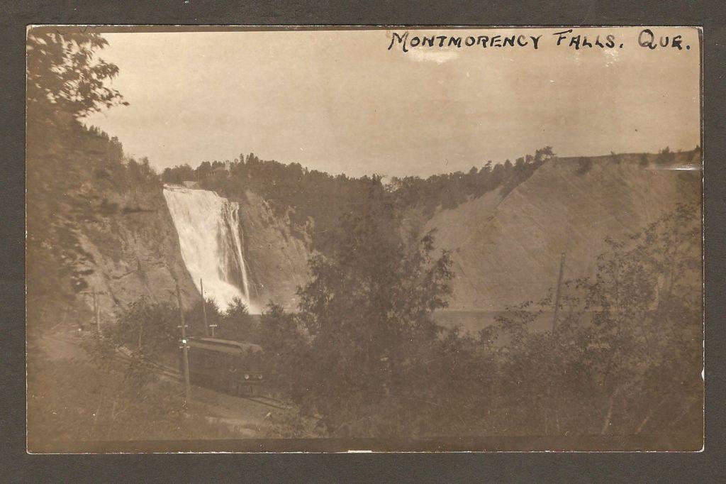 Sur une carte postale de 1906, un tramway de la Quebec Railway Light & Power Company revient du demi-tour qui se trouvait au pied de la chute Montmorency.
