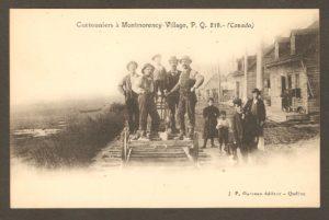 Carte postale éditée par J. P. Garneau, vers 1900. Y figurent des cantonniers sur une draisine arrêtée à la hauteur du village de Montmorency. Quelques villageois (surtout des enfants) prennent aussi la pause. On constate que les maisons érigées le long de la voie ferrée étaient modestes, à l'époque.