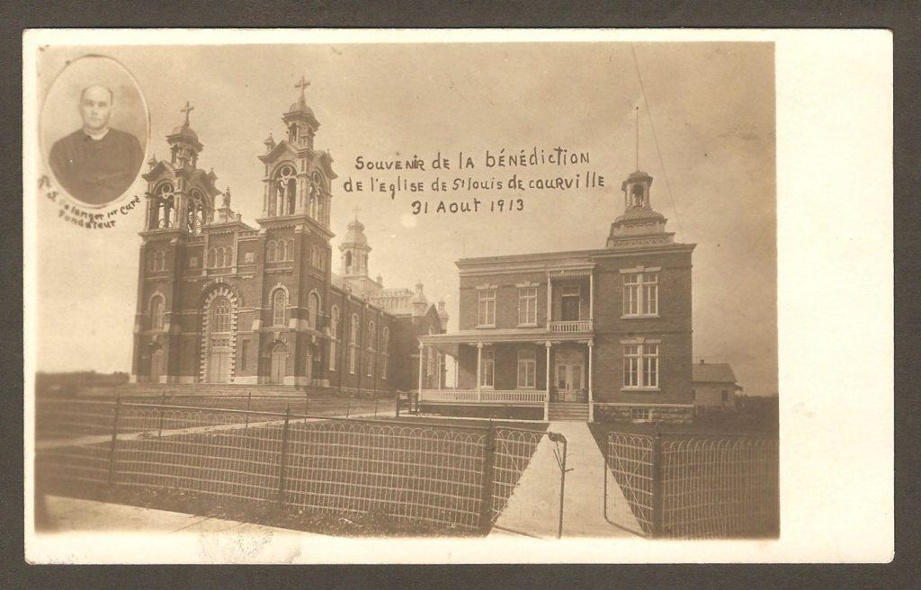 Carte postale soulignant la bénédiction de la première église de la paroisse Saint-Louis-de-Courville, le 31 août 1913. En mortaise, la photo du premier curé de la paroisse, l'abbé Salluste Bélanger.