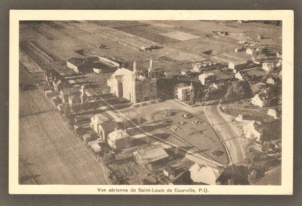 Carte postale avec photo aérienne de Courville, en 1937. On remarque le presbytère, à droite de l'église.