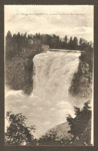 La chute Montmorency dans un album de cartes postales présentant diverses scènes du village de Montmorency, publié en 1929 pa E. Alexandre Masselotte.