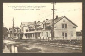 Ancienne chapelle, aujourd'hui (en 1929) occupée par la Banque canadienne nationale et résidence de M. Cyrille Pérusse, à gauche. Dans un album de cartes postales présentant diverses scènes du village de Montmorency, publié en 1929 pa E. Alexandre Masselotte.