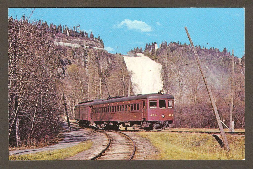 Le tramway n° 454, revenant du demi-tour au pied de la chute Montmorency vers 1959. (C'est cette année-là que le service s'est terminé.) Le texte au verso (en anglais) nous apprend que ce tramway a été construit par la Ottawa Car Company, en 1930. Il a été acquis après sa mise hors service, par le Seashore Trolley Museum, de Kennebunkport, Maine.
