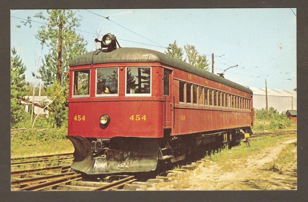Un tramway de la Quebec Railway Light & Power Company, après son acquisition par le Seashore Trolley Museum. Une gratte a été ajoutée à l'avant, de sorte qu'il peut servir à déneiger les rails du musée en hiver.