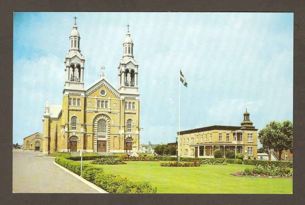 Carte postale - Église et presbytère de Courville vers 1965