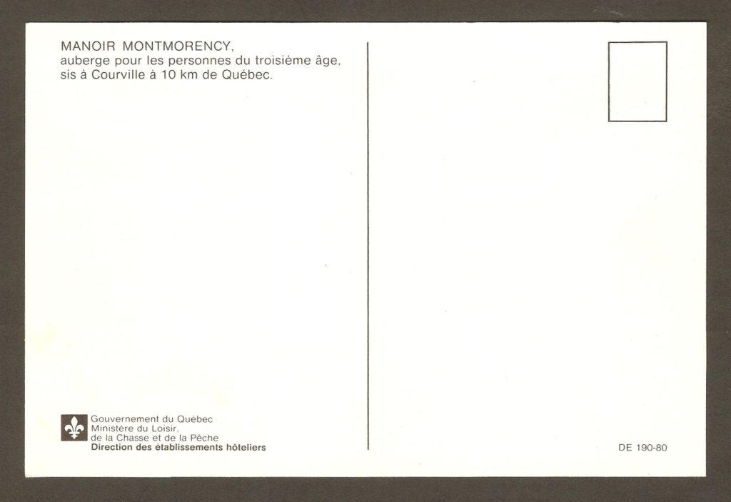 Endos d'une carte postale publiée vers 1980 par la Direction des établissements hôteliers, du Ministère du Loisir, de la Chasse et de la Pêche, du Gouvernement du Québec. Tel que mentionné au verso, le Manoir Montmorency (comme on l'appelait à ce moment-là), servait alors d'auberge pour les personnes du troisième âge.