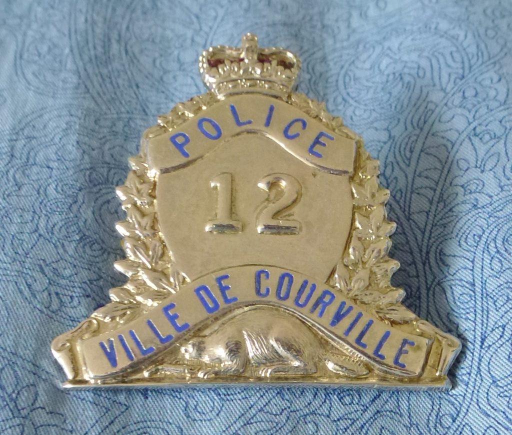 Insigne de casquette d'un policier de Courville, dans les années 1960.