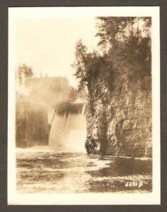 Montmorency PQ. Le barrage vu d'un autre angle ainsi que les deux bâtiments de la centrale se trouvant à quelque distance en amont de la chute.