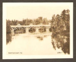 Montmorency PQ. Le pont sur la rivière Montmorency. À droite, on aperçoit l'extrémité du toit de la maison du poste de péage.