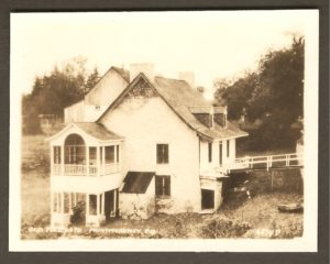 Old Tole Gate Montmorency PQ. La maison du poste de péage qui se trouvait à l'entrée du pont sur la rivière Montmorency, un peu en amont de la chute.