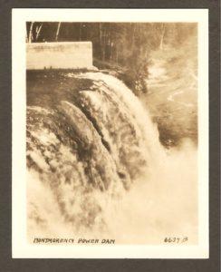 Montmorency Power Dam. Le barrage sur la rivière Montmorency. La présence de photos du barrage dans l'ensemble, explique l'absence de photos des marches naturelles (qui ont été largement inondées après la construction du barrage).