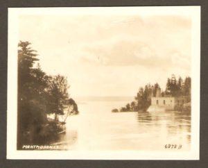 Chute Montmorency PQ. La rivière Montmorency, juste avant le dénivelé de la chute. On voit une centrale électrique à droite ainsi que les piliers, sur la rive ouest, du pont qui s'est effondré en 1856.