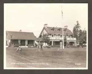 Les pavillons du Quebec Ladies Golf Club (à gauche) et du Quebec Golf Club avec, à l'avant-plan, le vert de pratique.