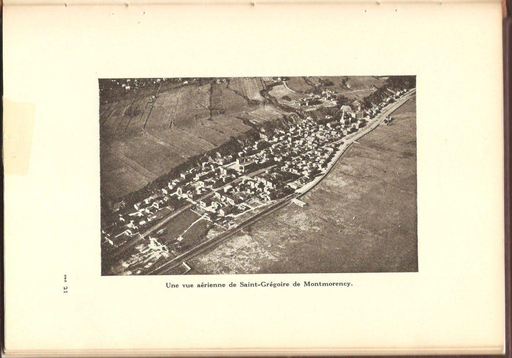 Vue aérienne dans livre souvenir Les cinquante ans de la paroisse Saint-Grégoire de Montmorency. Livre de 80 pages sur ville Montmorency, rédigé par M. Georges Bhérer et publié en 1940. Il compte plusieurs photographies et illustrations en noir et blanc.