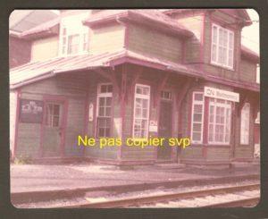 Une photographie de la gare du Canadien National à ville Montmorency, dans les années 1970. L''époque des tramways était alors terminée depuis une quinzaine d'années.