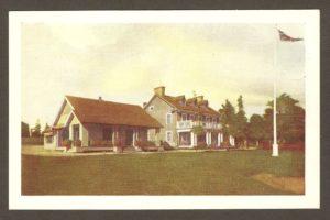 Chute Montmorency. Vers 1930: les pavillons des dames (à gauche) et des hommes du golf Kent (Kent Golf Links), appartenant alors à la Quebec Power.